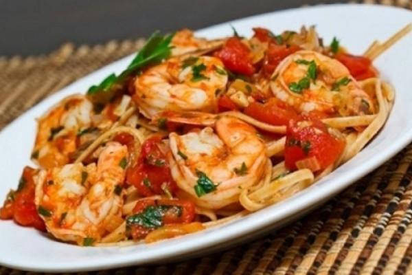 Η συνταγή της ημέρας: Νόστιμη μακαρονάδα με γαρίδες και σάλτσα ντομάτας!