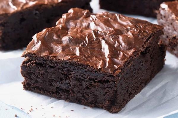 Μία συνταγή σκέτος «πειρασμός»: Φτιάξτε brownies με μπανάνα και 4 υλικά!