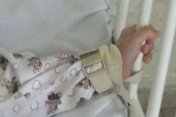 Φρίκη και αποτροπιασμός: Πατέρας κρατούσε, 20 χρόνια, σε κλουβί τον διανοητικά άρρωστο γιο του!