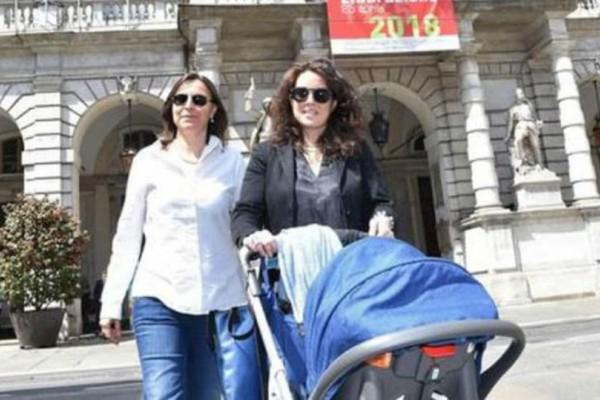 Στροφή στην πρόοδο: Ληξιαρχείο στην Ιταλία εγγράφει για πρώτη φορά παιδί με γονείς δύο ομοφυλόφιλες γυναίκες