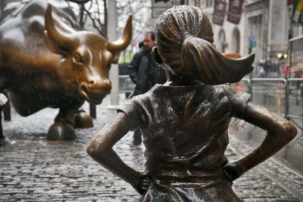Το άφοβο κορίτσι: Τι συμβολίζει το άγαλμα της Γουόλ Στριτ; (Photo)