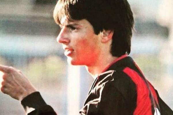 Απίστευτο: Δεν φαντάζεστε ποιος είναι ο διεθνής Έλληνας ποδοσφαιριστής της φωτογραφίας!