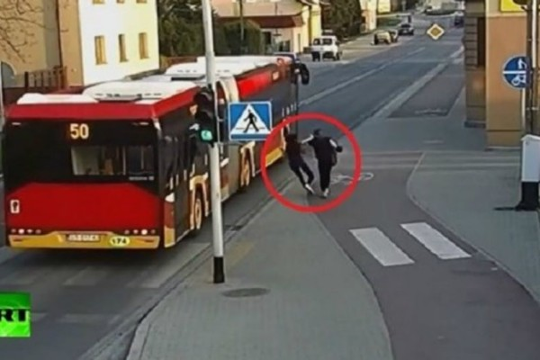 Σοκ:  Έσπρωξε τη φίλη της στις ρόδες λεωφορείου για πλάκα και παραλίγο να... πεθάνει (video)