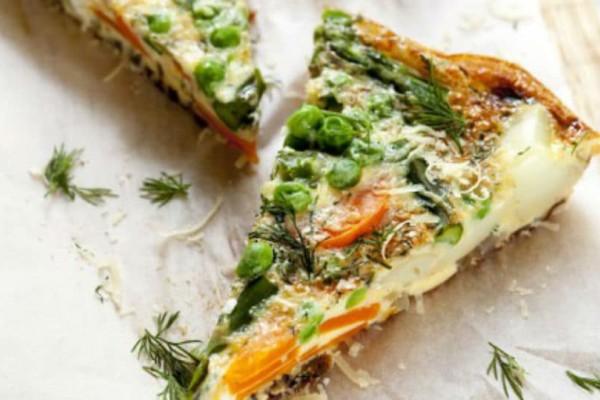 Εναλλακτική και υγιεινή συνταγή: Ομελέτα φούρνου με φρέσκο αρακά και σαλάμι μπίρας!