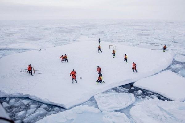 Επικό: Ρώσοι έκοψαν ένα κομμάτι πάγου και έκαναν πάρτι σε ποτάμι! (Video)