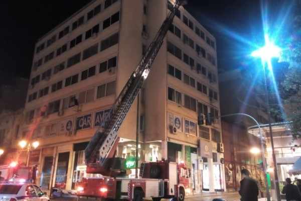 Παραλίγο τραγωδία στο Μοναστηράκι: Λαμαρίνα έπεσε από ταράτσα 6όροφου κτιρίου! (Photos)