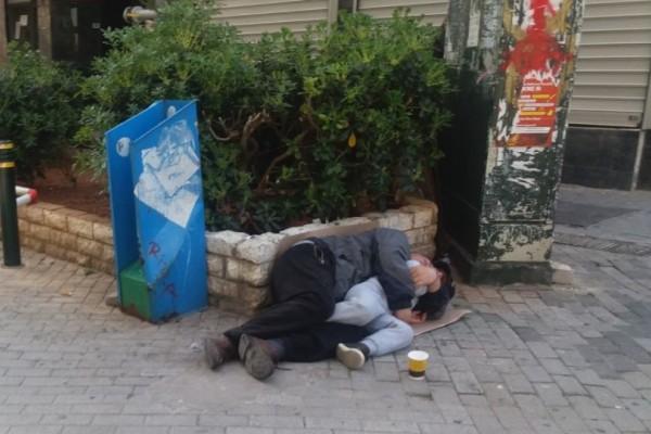 Εικόνες θλίψης στον Πειραιά: Πατέρας κοιμάται με τον γιο του αγκαλιά σε πεζοδρόμιο! (photos)