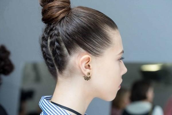 Κορίτσια δώστε βάση: Έτσι θα φτιάξετε τον τελειότερο top knot κότσο! (Video)