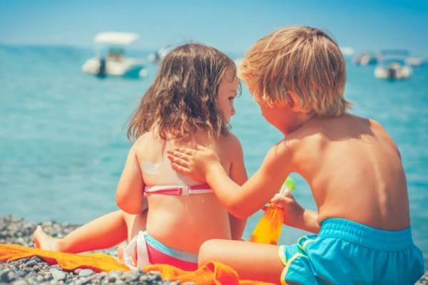 Γονείς σας αφορά: Πως να προστατέψετε τα παιδιά σας από τις ακτίνες του ήλιου: Κανόνες ανάλογα με την ηλικία!