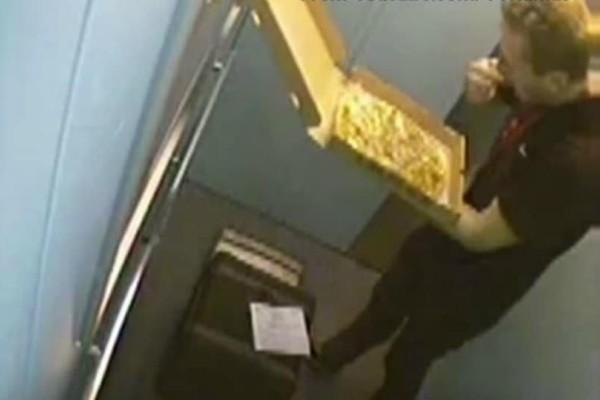 Απίστευτος: Τσάκωσαν ντελιβερά να τρώει ό,τι προλάβει πριν παραδώσει πίτσα! (Video)