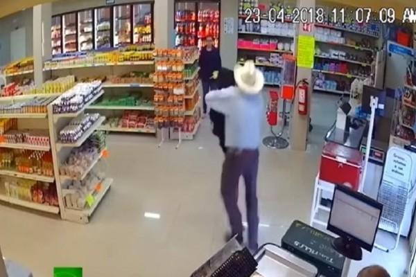 Ήρωας: Καουμπόι εξουδετέρωσε οπλισμένο ληστή! (Video)