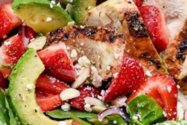 Η καλύτερη σαλάτα με κοτόπουλο , αβοκάντο και φράουλες για αποτοξίνωση!