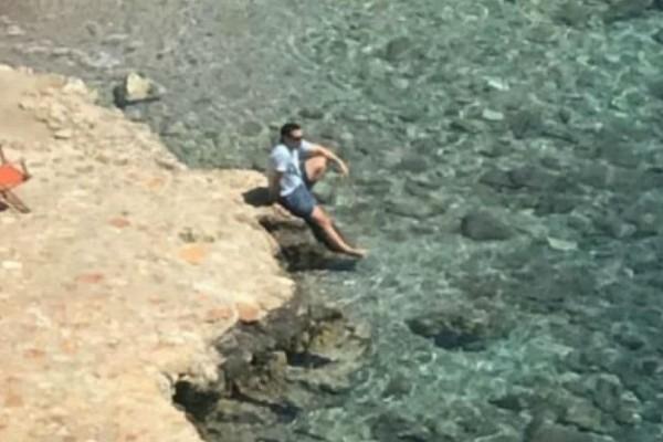 Οι στιγμές χαλάρωσης του πρωθυπουργού δίπλα στη θάλασσα (photo)