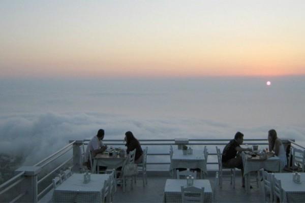 Μαγεία: Το μοναδικό εστιατόριο στην Ελλάδα που μπορείς να φας πάνω από... τα σύννεφα! (photos)