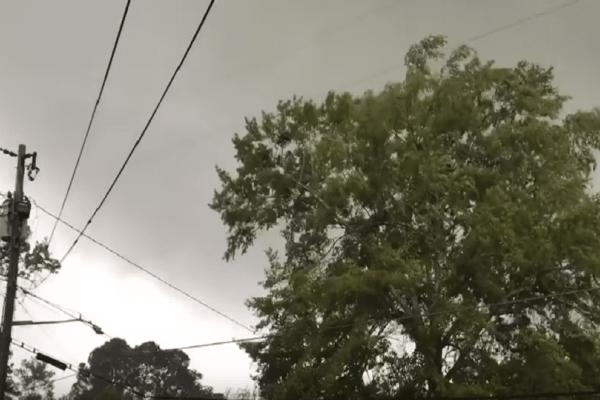 Απίστευτο βίντεο: Ανεμοστρόβιλος ξηλώνει στέγη!