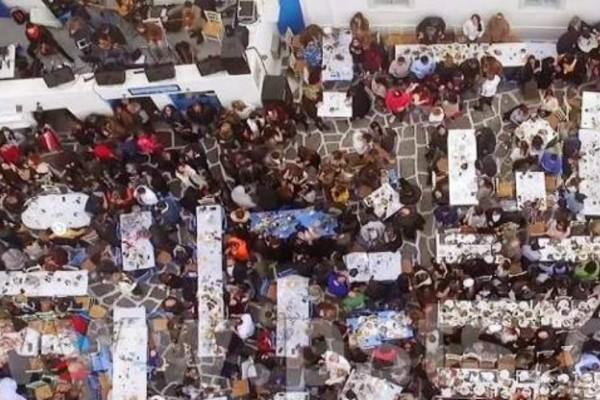 Πάρος: Έστησαν τρικούβερτο γλέντι στο λιμανάκι της Νάουσας (Photos+video)