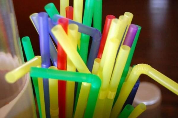Τέλος στα πλαστικά καλαμάκια - Δείτε τον λόγο!