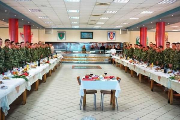 Συγκινητικό: Στρατιώτες έστησαν τραπέζι για τους δύο φυλακισμένους αξιωματικούς!
