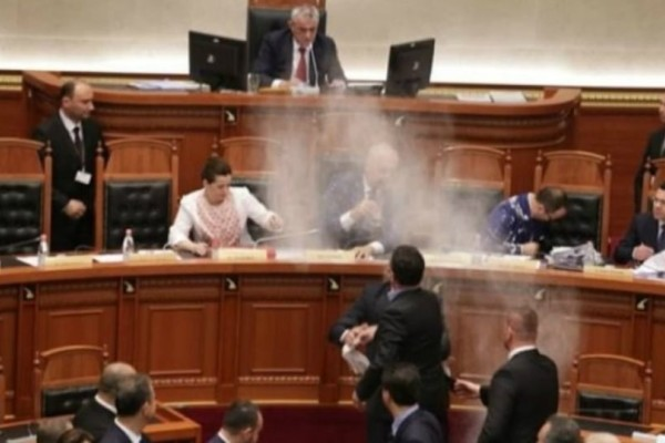 Χαμός στην Αλβανική βουλή: Αλεύρωσαν τον Έντι Ράμα (video)