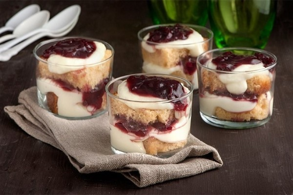 Ένα εύκολο και δροσερό γλυκό: Trifle με μαρμελάδα βύσσινο! (Video)