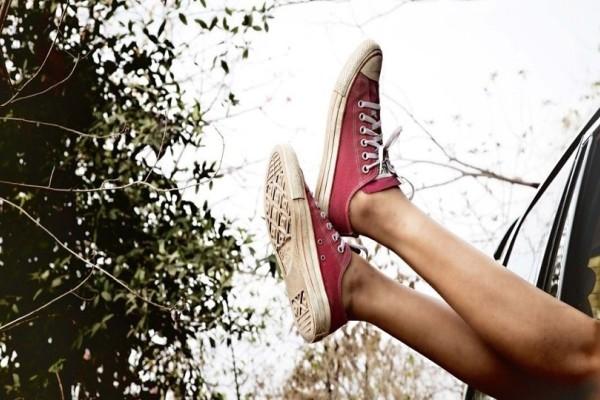 Ένα εύκολο κόλπο για να μην μυρίσουν ποτέ ξανά τα κλειστά σας παπούτσια!