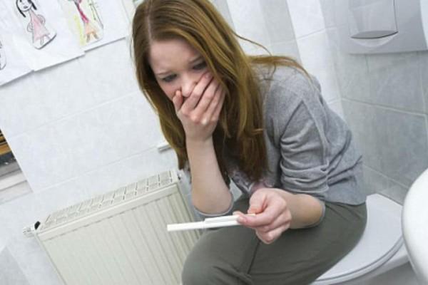 Όταν δεν θέλεις να γίνεις μανούλα: 8 σκέψεις που περνούν από το μυαλό σου όταν φοβάσαι ότι έχεις μείνει έγκυος!