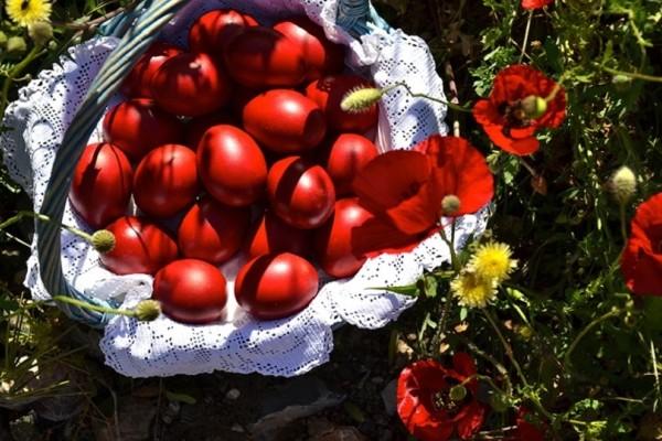 Ένας εύκολος τρόπος για να βάψετε τα Πασχαλινά αυγά εύκολα και γρήγορα! (Video)