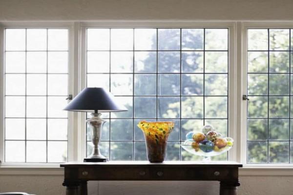 Λευκό ξύδι: Αυτός είναι ο λόγος που πρέπει να ψεκάζεις τα παράθυρα σου!