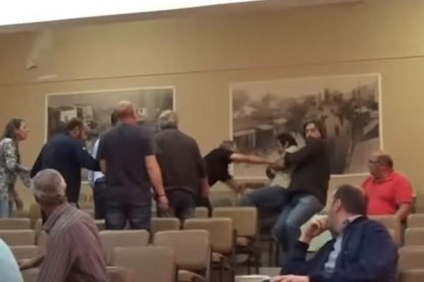Προπηλάκισαν βουλευτή του ΚΚΕ στην ομιλία του! - Ένταση και επεισόδια στο δημαρχείο! (Video)