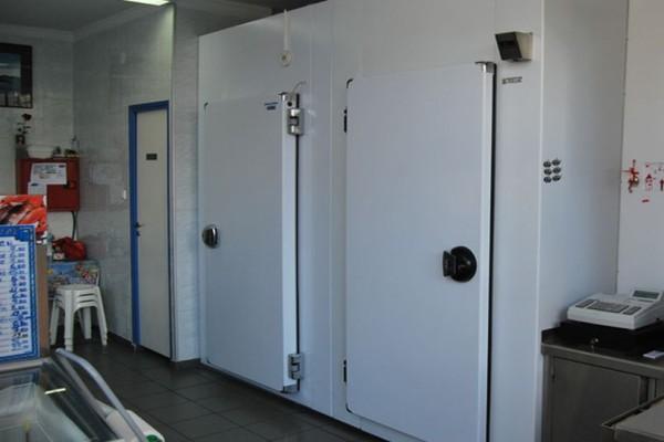 Φρίκη στην Σπάρτη: Κρεοπώλης βρέθηκε κρεμασμένος μέσα στο ψυγείο!