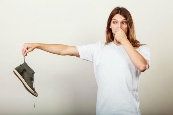 Θα σας λύσει τα χέρια: Ένα εύκολο κόλπο για να μην μυρίζουν τα παπούτσια σας!