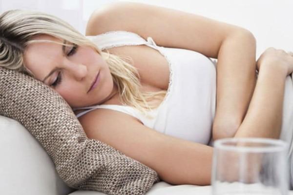 Πονάς στην περίοδο; Κοιμήσου σε αυτήν την στάση για να μειωθεί ο πόνος!