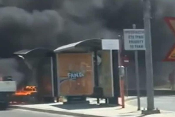 Πανικός στην παραλιακή! Στις φλόγες αυτοκίνητο σε στάση λεωφορείου!