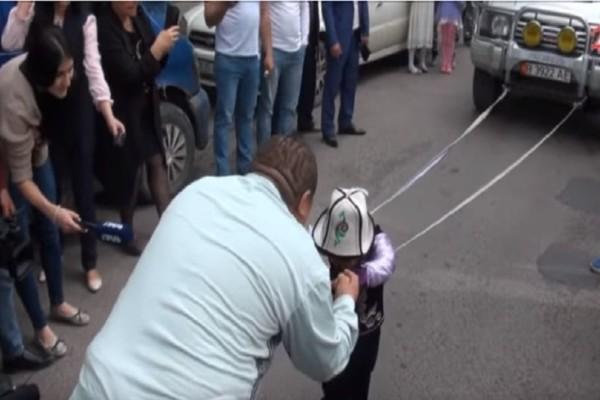 Σουπερ ήρωας σε σώμα μικρού παιδιού: 5χρονο τραβάει όχημα τριών τόνων! (Video)