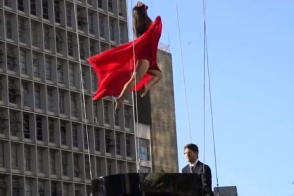 Μοναδικό σόου στον αέρα από μια χορεύτρια και έναν πιανίστα! (Video)