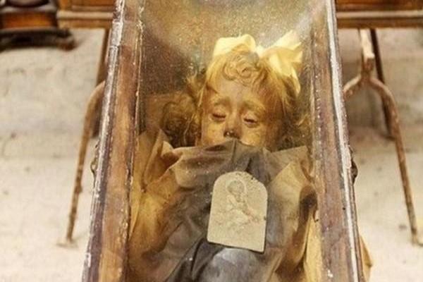 Αυτό το μικρό κοριτσάκι πέθανε πριν από 95 χρόνια. Όταν αιφνιδιαστικά... άνοιξε τα μάτια της! (photos)