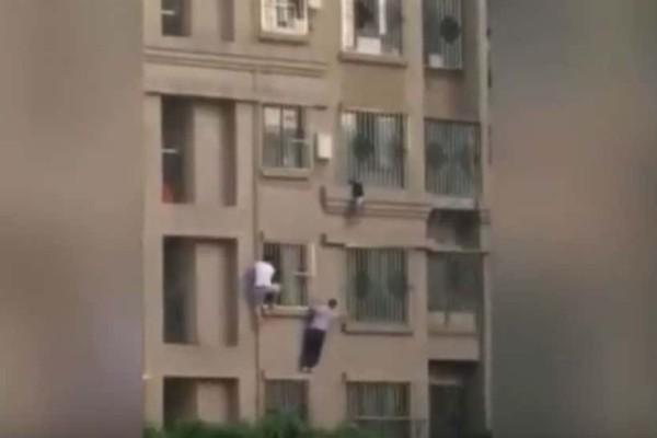 Σοκ! 5χρονος φράκαρε στα κάγκελα και κρέμεται από παράθυρο στον 4ο όροφο!