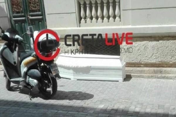 Απίστευτο περιστατικό στην Κρήτη: Παράτησαν φέρετρο σε κεντρικό δρόμο!