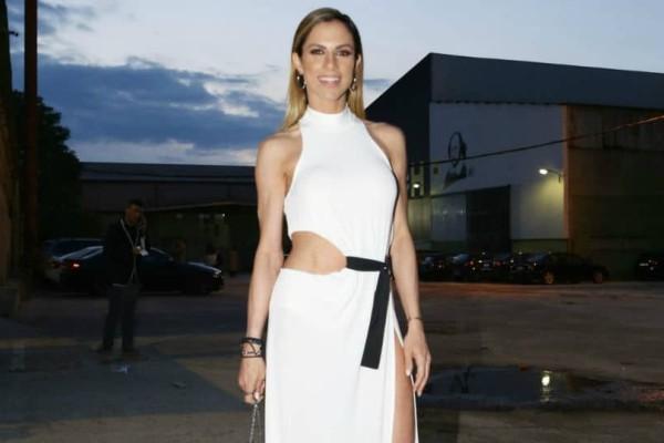 S*xy: Η Ντορέττα Παπαδημητρίου με super αποκαλυπτικό φόρεμα σε σόου! (Photos)