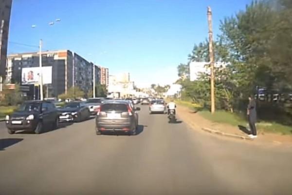 Απίστευτο: Πήγε να γλιτώσει την κίνηση και την «πάτησε»! (Video)