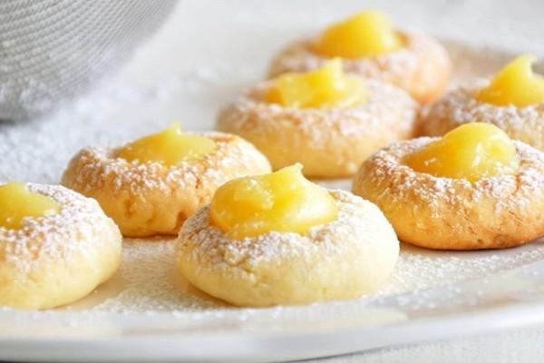 Είναι αφράτα και νόστιμα: Μπισκότα με κρέμα λεμονιού!