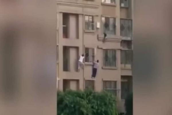 Βίντεο σοκ: 5χρονος κρέμεται από παράθυρο στον 4ο όροφο!