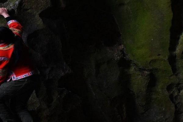 Βρίσκεις τη δουλειά σου κουραστική; - Αυτή η γυναίκα ανεβαίνει βράχο 180 μέτρων χωρίς σκοινί για να ζήσει!
