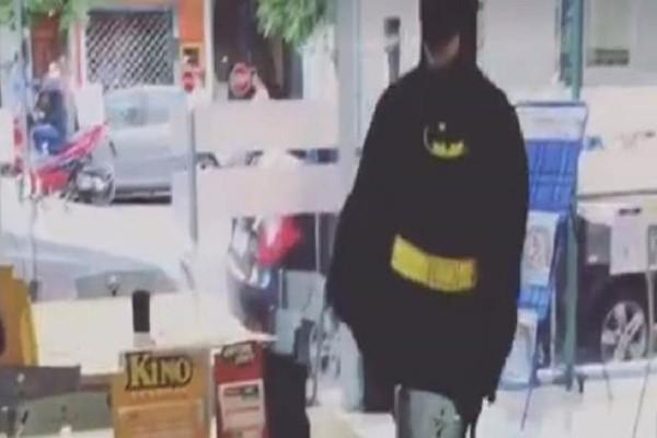 Ο άνδρας που έχει γίνει viral! - Πήγε σε πρακτορείο του ΟΠΑΠ ντυμένος μπάτμαν! (Video)