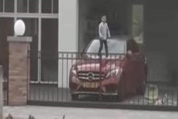 Απίστευτο βίντεο: Eκανε τη Mercedes του μπαμπά του... τραμπολίνο!