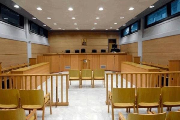 Σοκ: Μάρτυρας απείλησε με όπλο τον μηνυτή την ώρα της δίκης!