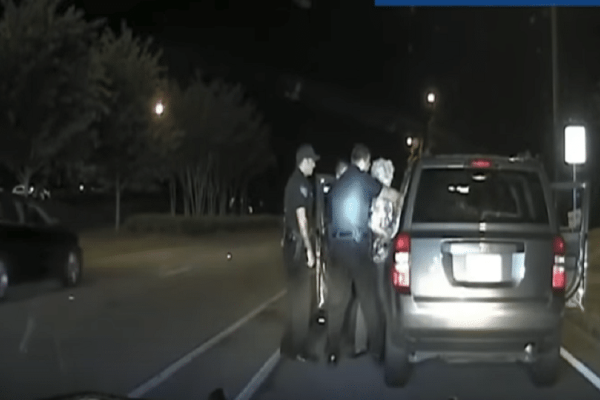 Βίντεο σοκ: Αστυνομικός βρίζει και τραβάει 65χρονη!