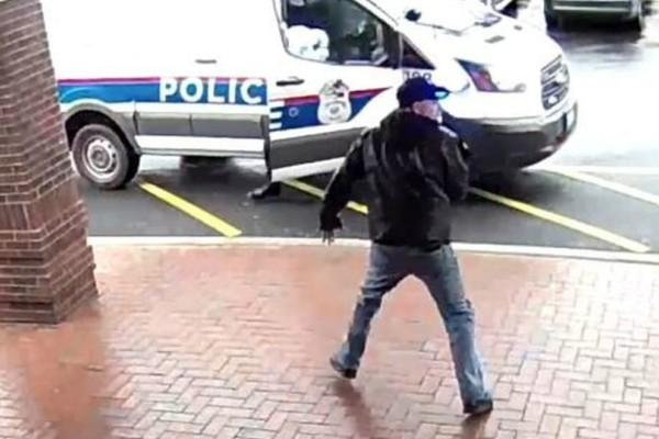 Ατρόμητος ηλικιωμένος βάζει τρικλοποδιά σε νεαρό που καταδιώκεται από την αστυνομία (video)