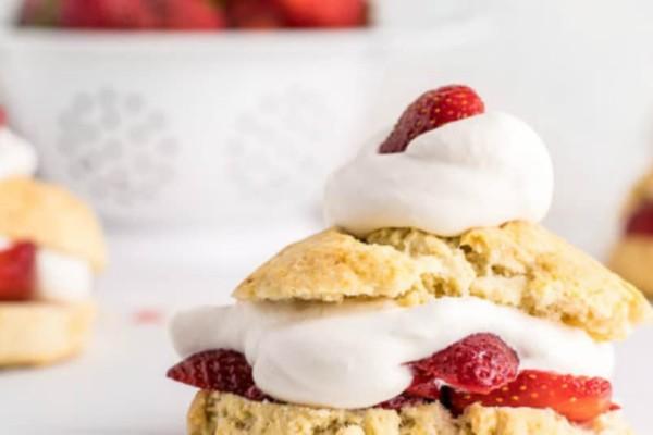 Τα πιο νόστιμα μπισκότα με κρέμα βανίλιας και φράουλες!