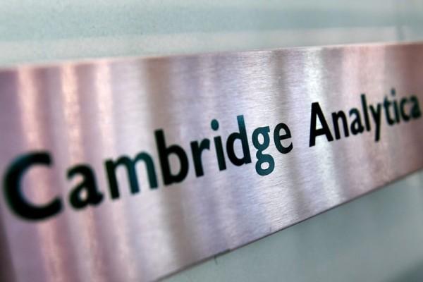 Σκάνδαλο Facebook: Κλείνουν την Cambridge Analytica!